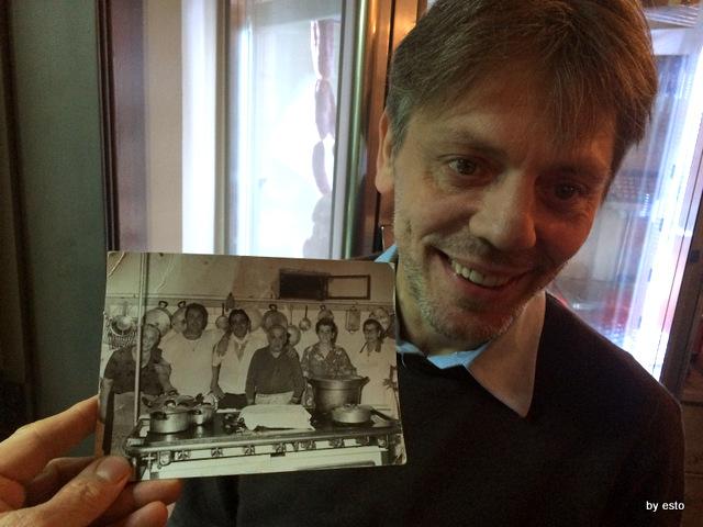Taverna Scacciaventi Giuseppe Servillo e la foto di famiglia in cucina