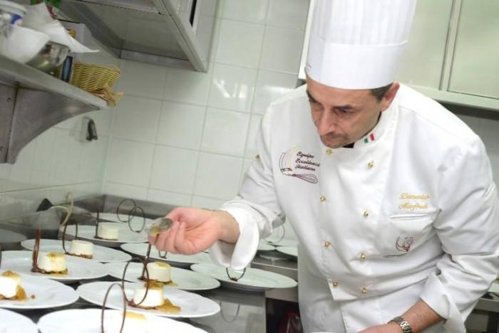 Domenico Manfredi al lavoro in cucina