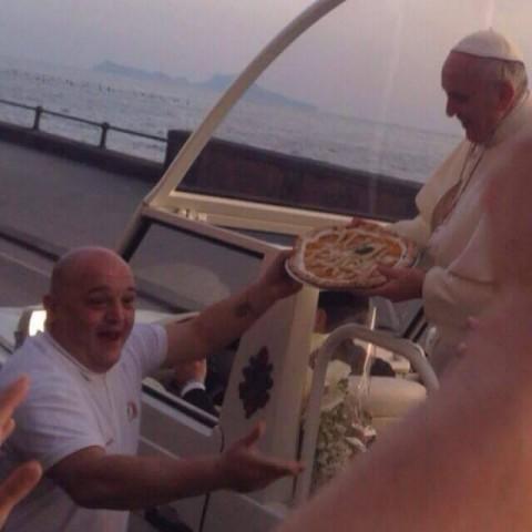 Enzo Cacialli consegna la pizza al Papa
