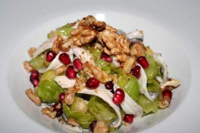 Est, insalata di cavoletti di Brouxelle, noci, filetti di alici e melograno
