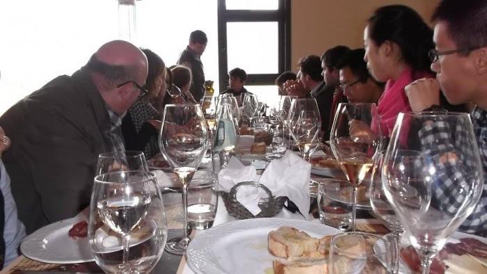 Gruppo di studenti francesi di enologia durante il brunch da San Salvatore