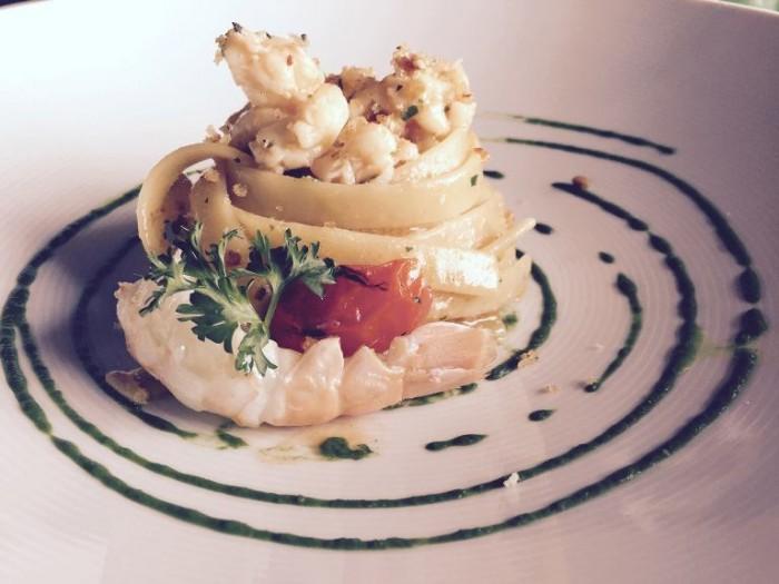 La Cantinella, fettuccelle di Gragnano agli scampi, pesto al prezzemolo e crumble ai pinoli e pomodorini del piennolo grigliati