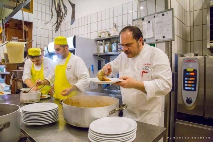 Nicola da Pozzuoli, intento in cucina