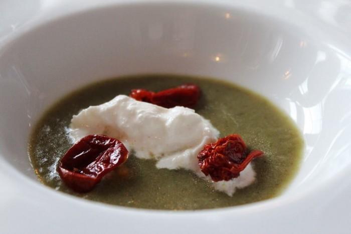 Oasis  Antichi Sapori, zuppa di carciofi, burrata e pomodori confit