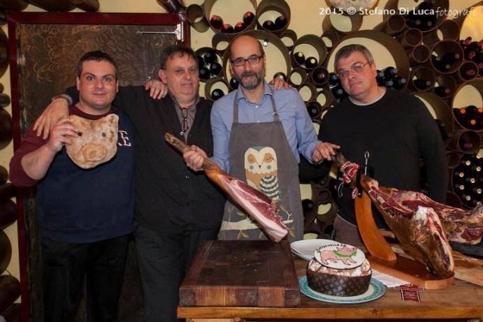 Pino con Marco Fabrizio, Enrico e i prosciutti