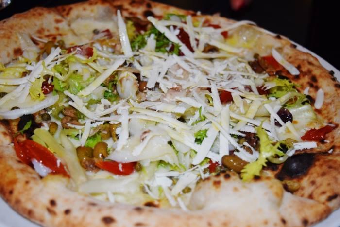 Pizza bianca con fiordilatte, scarola riccia, pomodorini del piennolo, olive, capperi, baccala, funghi e grattugiata di cacioricotta