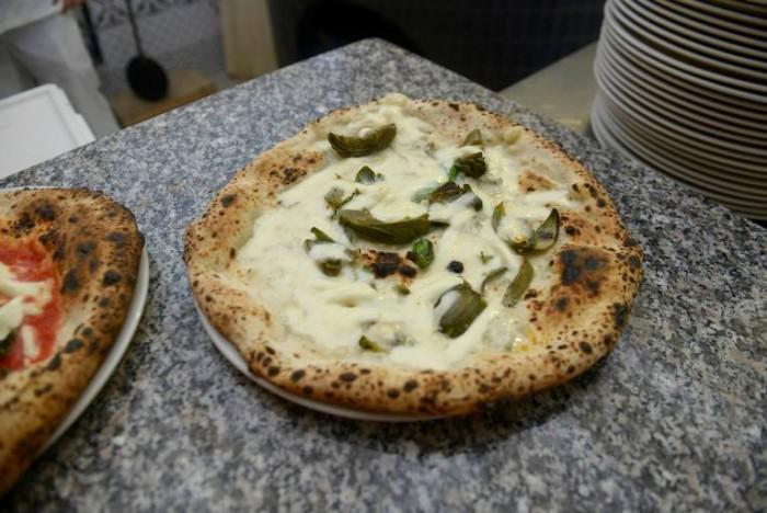 """Pizzeria Mangiafoglia, """"Blu"""" di bufala e Cuori di carciofo di Paestum"""