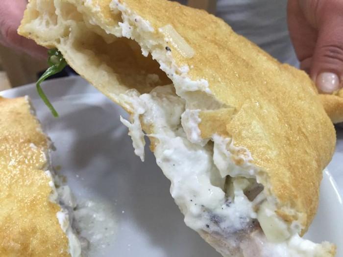 Pizzeria Oliva, il ripieno del calzone fritto