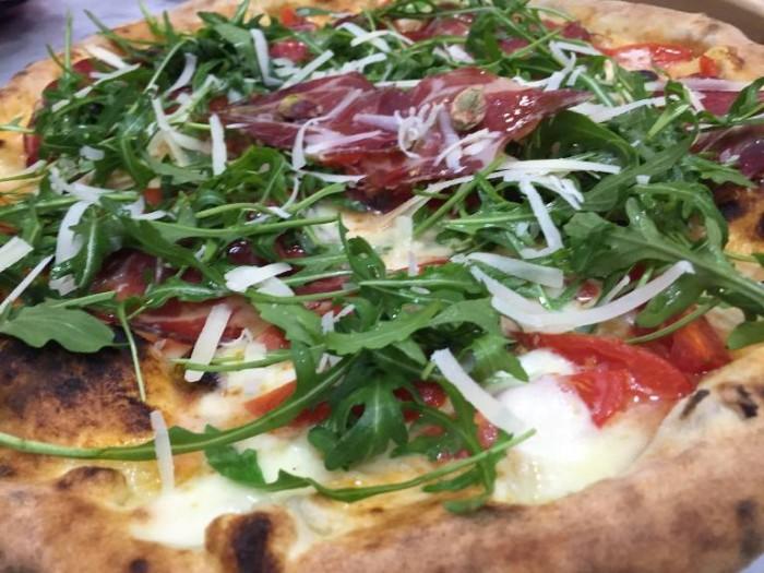 Pizzeria Oliva, pizza con mozzarella, pomodorini, rucola e scaglie di parmigiano
