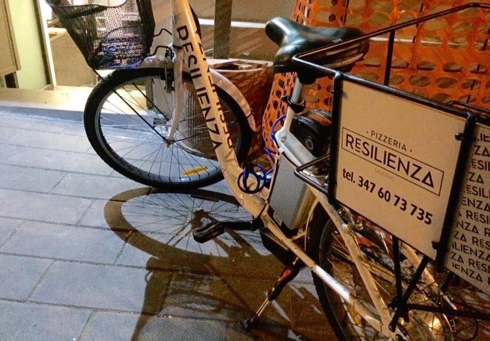 Pizzeria Resilienza, la bici per l'asporto