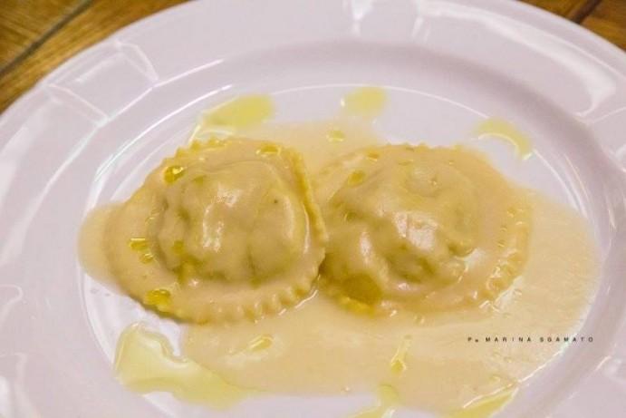 Ravioli ripieni con crema di Cicerchia Flegrea e salsa alla Melannurca di Quarto