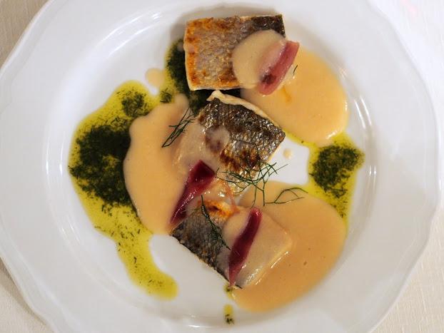 Crema di fagioli cannellini e aglio sbianchito, bocconcini di pesce al lemongrass e cipolla caramellata