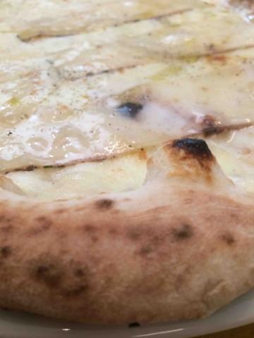 Pizzeria Resilienza, pizza con lardo di nero casertano