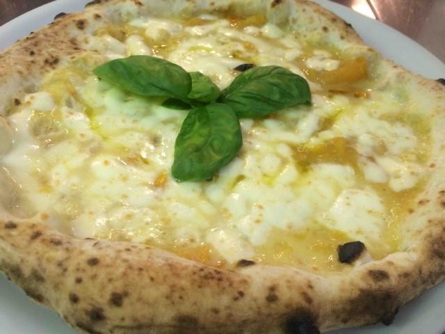 Pizzeria Resilienza, bianca con datterino giallo di Paestum