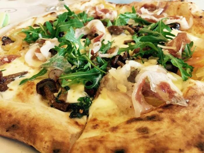 Add'ò Guaglione, la pizza con rucola, chiodini, pancetta e pomodori da insalata