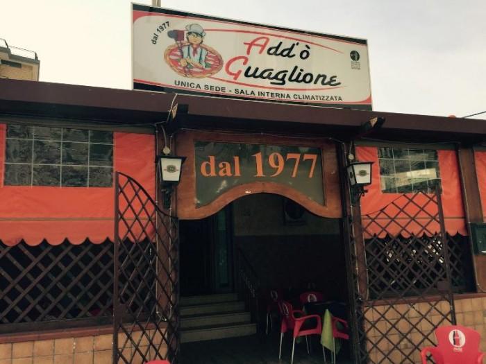Add'ò Guaglione, l'ingresso