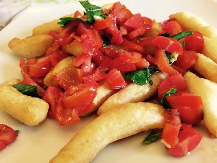Add'ò Guaglione, lo sfizio: bastoncini di pasta di pizza fritta e pomodorini