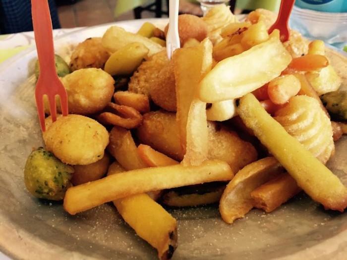 Add'ò Guaglione, lo sfizio: frittura con crocché, arancini, cavolfiore, carote, patate, mozzarella