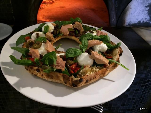 Ciro Oliva Pizzeria Oliva Concettina ai tre Santi Pizza Fresella pomodorino datterino vesuvio bio tonno di Cetara mozzarella di bufala oliva salella ammaccata del cilento olio evo e basilico