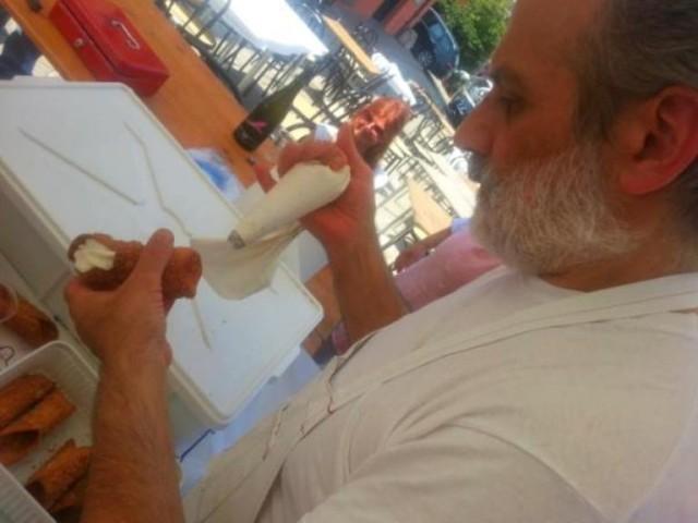 Corrado Assenza mentre riempie un cannolo