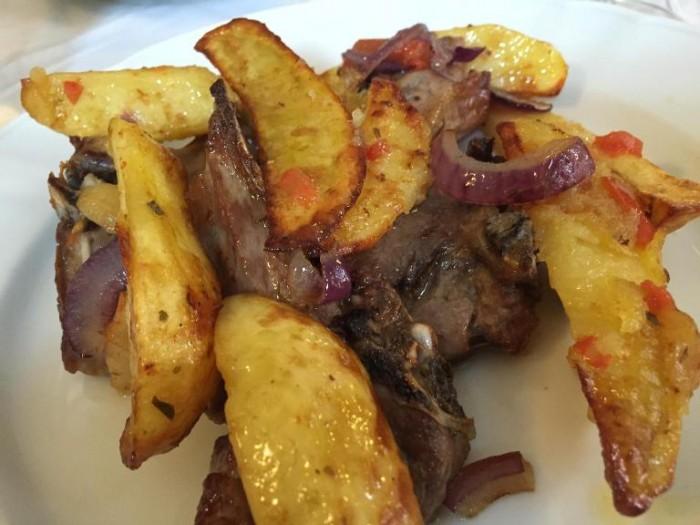 Da Peppe a Rotonda, agnello con patate del Pollino e cipolle rosse di Tropea