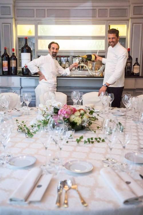 gli chef davanti al grande tavolo rotondo