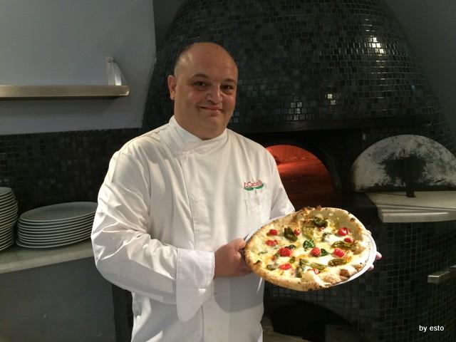 Enzo Cacialli – Pizzeria Don Ernesto – Regno delle due Sicilie peperoncini verdi, provola affumicata di Agerola, pomodorini di Pachino e pecorino Romano