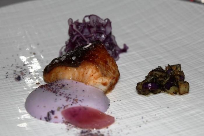 Imago, Merluzzo carbonaro glassato al sake, verdurine in campo viola