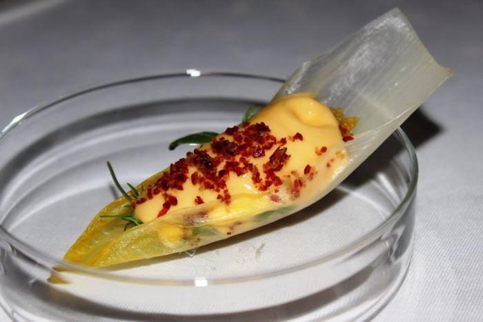Imago, indivia con cous cous di mais, mouse di melone crispi di prosciutto
