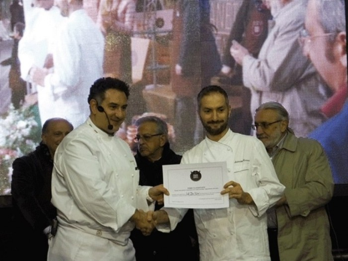La consegna del diploma di primo Classificato a Sal De Riso dalle mani di Antonino Maresca