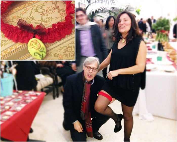 La Martinez indossa la GIARRETTIERA GOLOSA creata dalla Deb e Vittorio Sgarbi si inginocchia per assaggiare