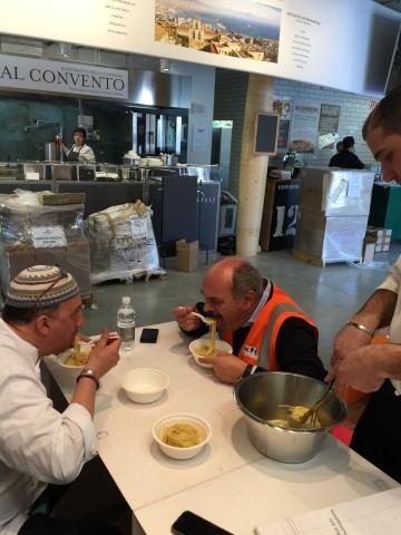 Oscar Farinetti e Pasquale Torrente mangiano gli spaghetti alla colatura di alici