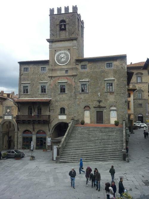 Piazza della Repubblica, il trecentesco Palazzo del Capitano del Popolo