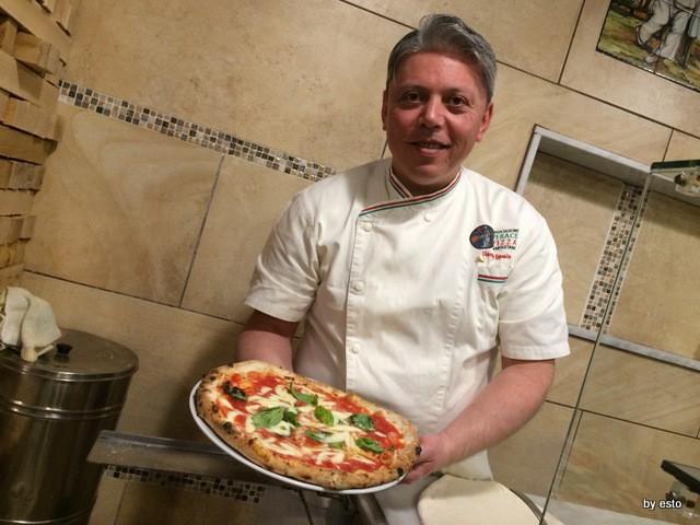 Pizzeria Carmnella. Vincenzo Esposito la pizza Margherita