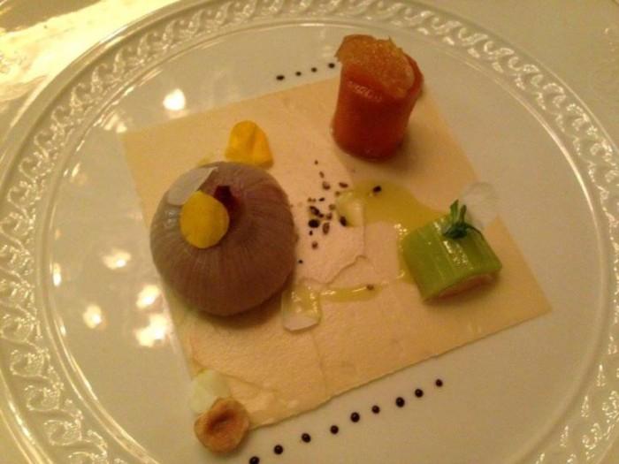 Sedano, carota e cipolla farciti con parfait di foie gras di anatra su crema di cavolfiore