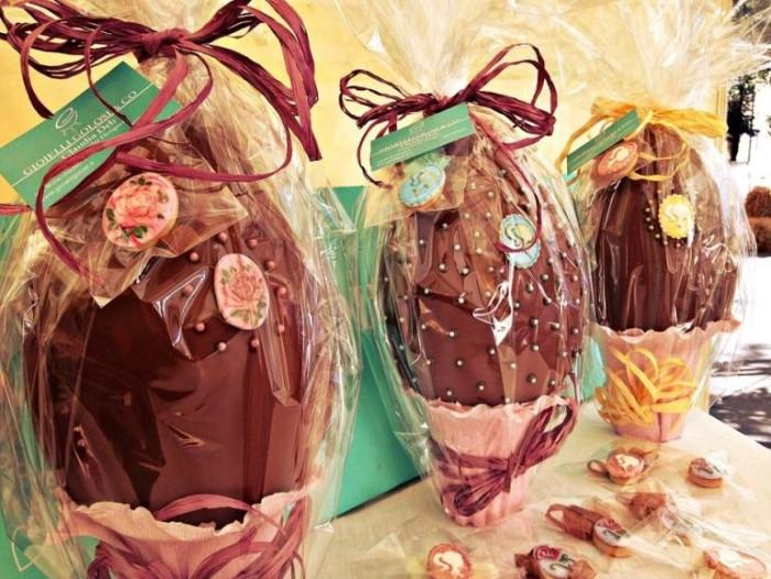 Uova di Pasqua decorate con perline e cammei