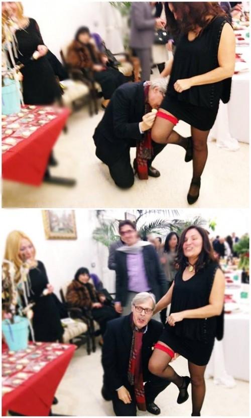 Vittorio Sgarbi non resiste e inginocchiandosi ai piedi della Martinez, mangia il ciondolo goloso creato da Claudia Deb