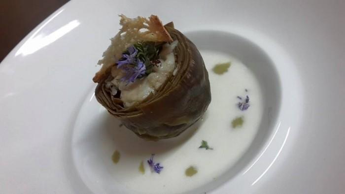 Carciofo di Schito in casseruola, imbottito con pesce bandiera e cipollotto nocerino su salsa di provola affumicata