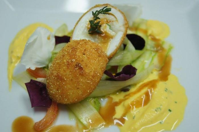 Scuola Dolce e Salato. Uovo sorpresa croccante con insalatina di asparagi e salsa mimosa allo zafferano