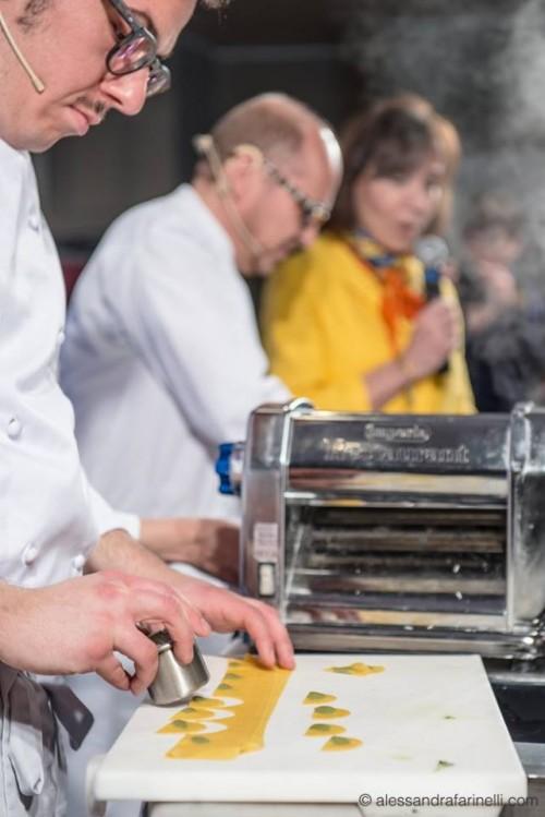 i tortellini di basilico al gusto di caprese di Heinz Beck, un momento della preparazione
