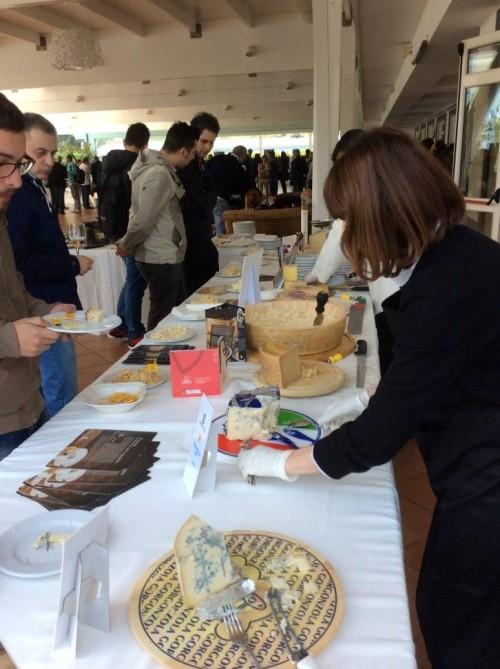 il banco di assaggio dei formaggi DOP a Le Strade della Mozzarella