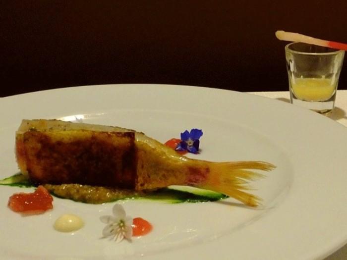 triglia in crosta di pane allo zafferano, salsa d'aglio dell'Ufita e pesto di uvetta e pinoli