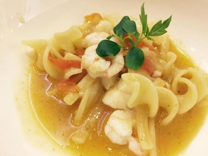 Gambero rosso, pasta mista in zuppa di pesce