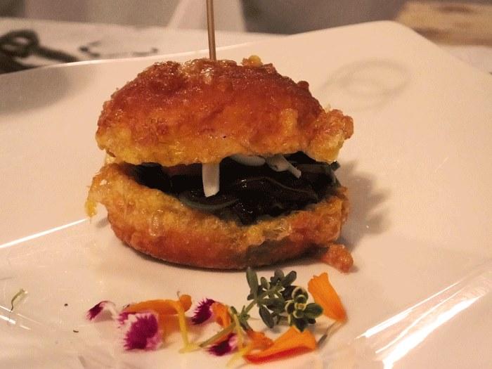 Il panino del muratore (pan fritto con cicoriella di campo, pomodorini semi dry di Paglione e scaglie di caprino)