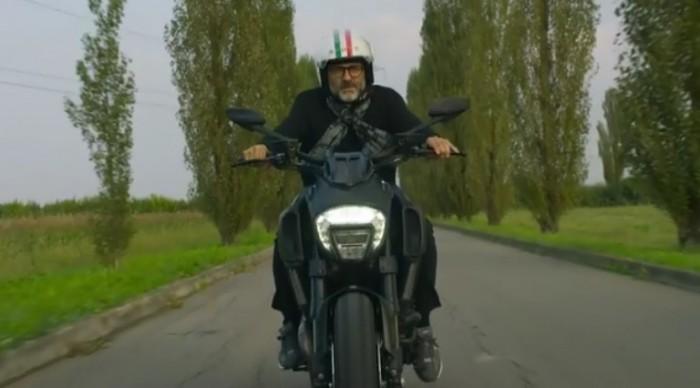 In sella alla sua Ducati Diavel Titanium