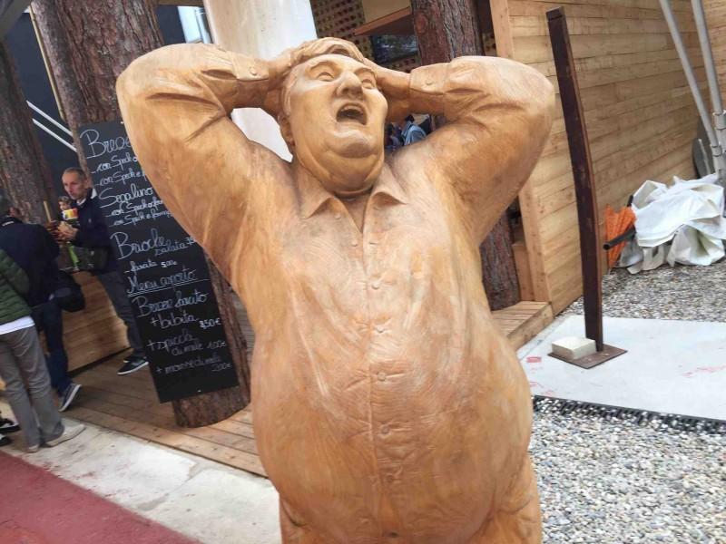 La statua di legno vicino al Padiglione Italia