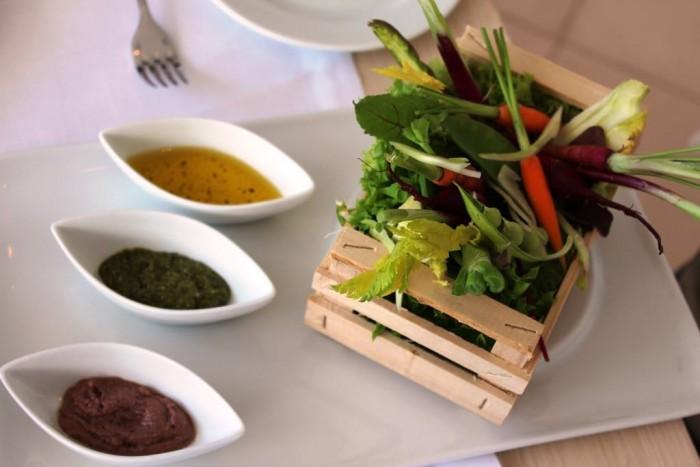 Mammà, pinzimonio con salsa alle olive, acciughe, olio sale e pepe