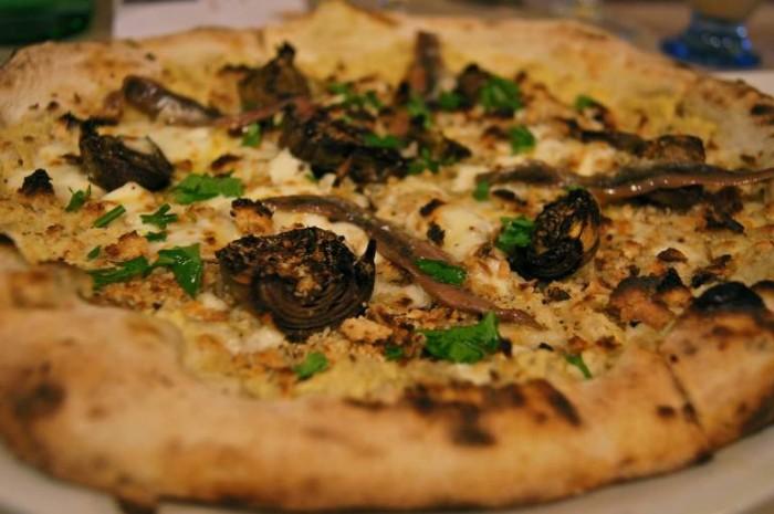 Pizzeria Elite Rossi, pizza con carciofo arrostito, pane profumato all'aglio, provola fresca e alici di Cetara