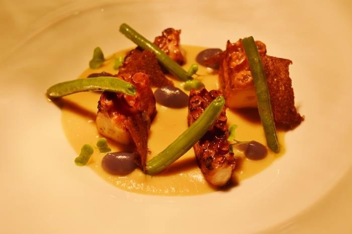 Mangiafoglia, polpo alla plancia su crema di ceci, patata viola, fagiolini e polvere di olive taggiasche