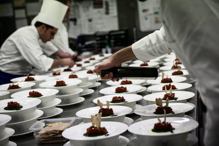 Pomodoro farcito di baccalà su salsa verde di Vito Mollica
